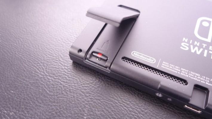暗藏於支撐架下的 micro SD 記憶卡槽,用戶可以擴儲主機的儲存容量。