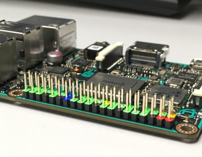 Tinker Board 的 40 針 GPIO 標有不同顏色,較易辨認針位。不過由於 TB 的針位用途較多,所以未熟習之前大家還是要對針位表的。