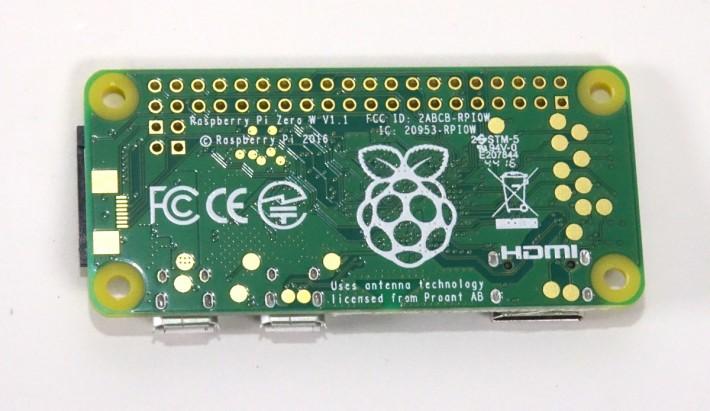 RPi Zero W 背後除了有樹莓標誌外,還有代表已通過歐美及日本多項無線裝置認證的標誌,相信不久就能在亞洲區推出。