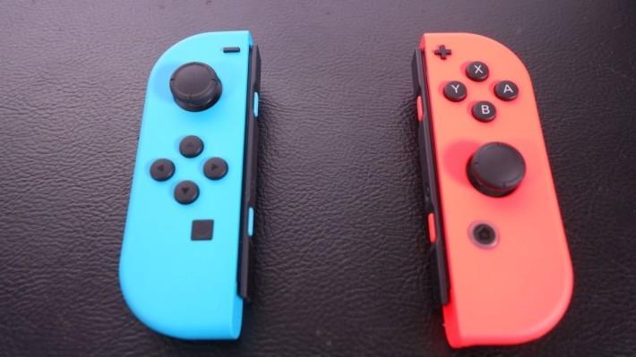Joy-Con 以一對形式配對使用,對稱的設計方便 2 名玩家,各持一邊進行各式小遊戲。