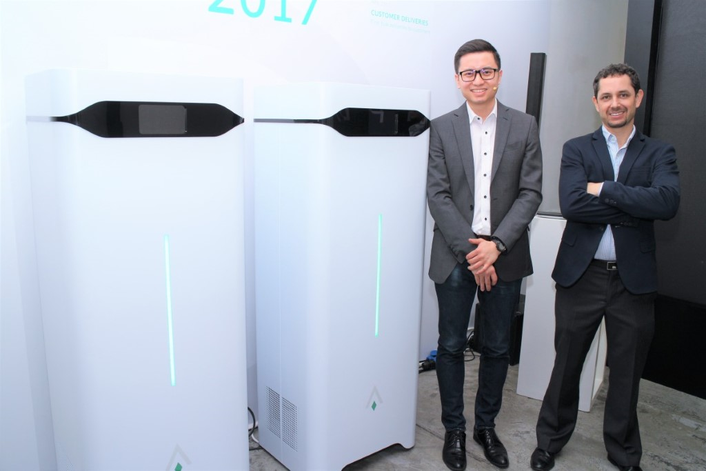 黃文順(左)和 Luca Valente 在北京認識,合作研發電動電單車,後來轉為研究儲電設備,將公司遷移來香港,進駐科學園。
