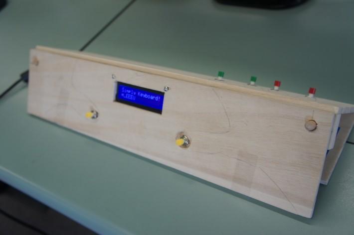 六個鍵的組合,可輸出26個字母,內裡有數學和工程設計的概念。