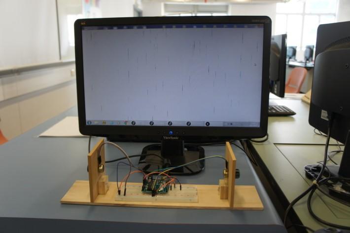 加入感應器配合程式,就可模擬閃電的下雨效果。
