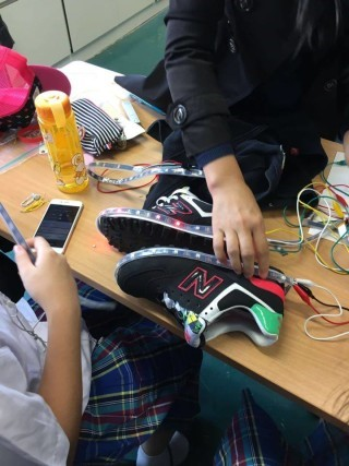 女同學們正在測試 LED 燈閃亮的情況。