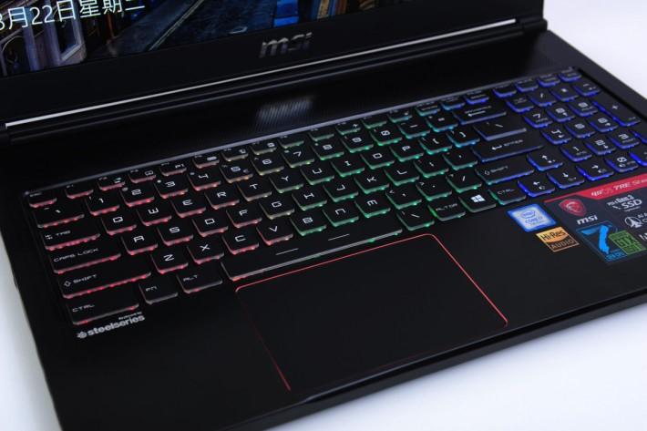 與 SteelSeries 合作設計的全彩背光鍵盤,效果亮麗。