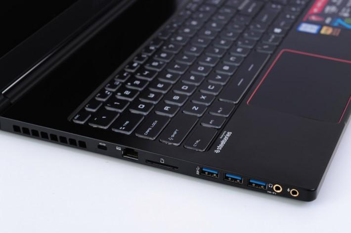 薄切機身仍提供豐富外接介面,單是 USB 3.0 大頭已有三組。