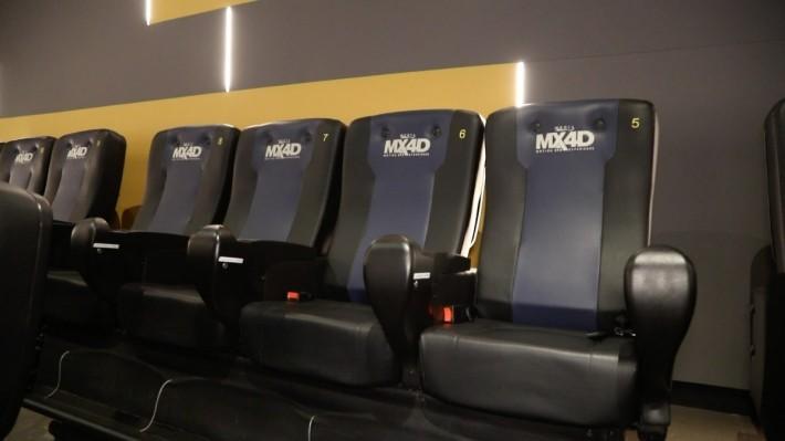 MX4D 電影座椅由 4 個座位一排組成。