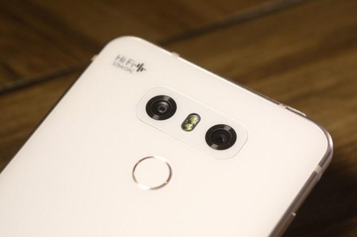 同樣採用雙鏡頭設計,今次標準與廣角鏡相機,兩者均用上 13MP 規格感光元件。