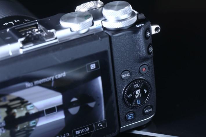 機背亦不忘設有方向轉盤,播放相片或進行設定都大派用場。