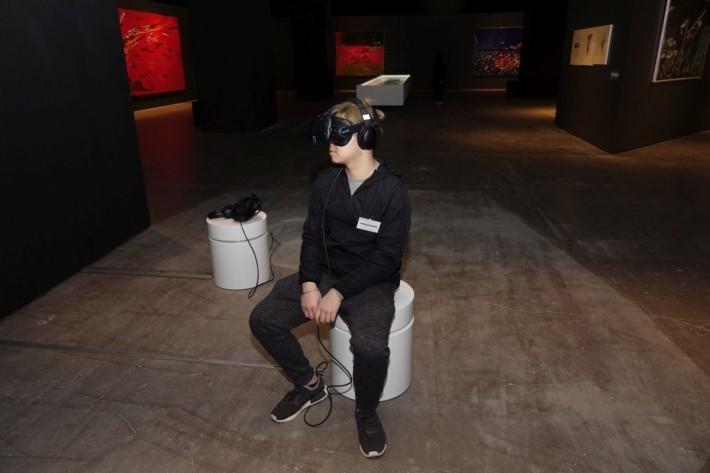 帶上 VR 眼鏡後便可進入畫的內部