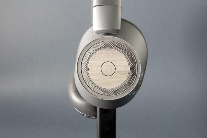 耳機以簡易按鈕及外圍轉盤作控制