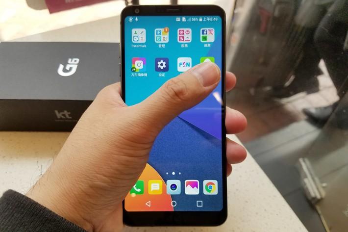 5.7 吋 18:9 屏幕看似十分長,但 G6 機身夠窄,仍可單手操作手機。