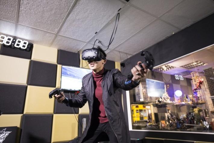 VR 有趣的地方,就是可以透過頭戴式裝置,讓使用者可以有如親歷其境的感覺。