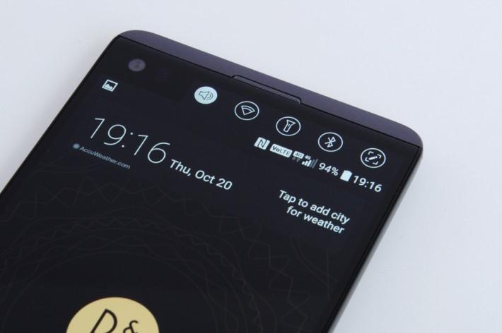 繼續備有雙屏幕設計,副屏可作多樣化顯示,如程式捷徑、音樂播放器或最近使用的程式等。