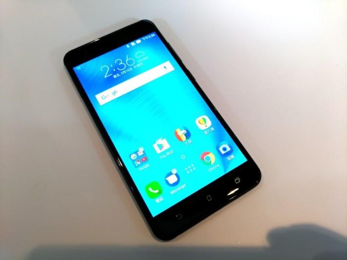 ZenFone 3 Zoom 用上全金屬機身,內裡配備 5.7 吋 Full HD 規格 AMOLED 屏幕。