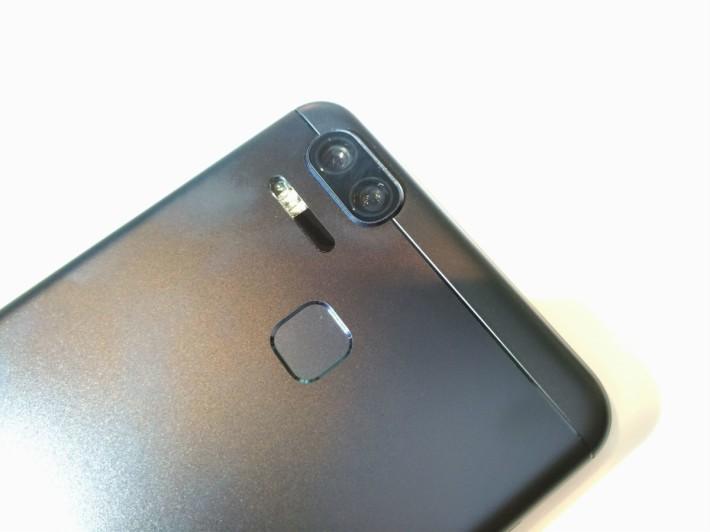 雙鏡頭設計,官方表示對焦速度可達 0.03 秒,可以實現秒速拍攝效果。
