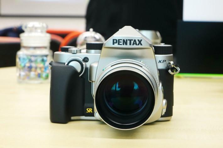 Pentax KP 設有全黑及銀黑色兩種選擇。