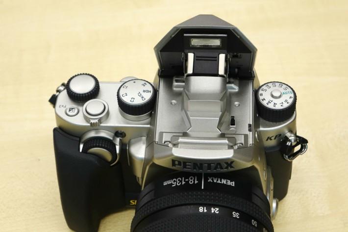 機頂閃燈兩旁設有模式轉盤及拍攝設轉盤。