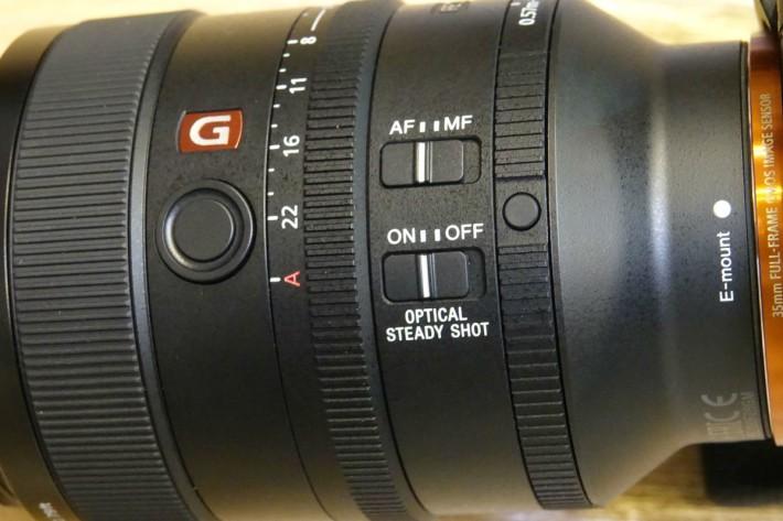 鏡身設有對焦切換、光學防震系統開關及自定義功能鍵。
