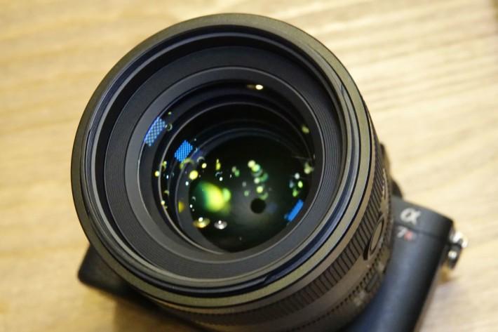 SEL100F28GM 備有 11 片光圈葉及變跡鏡片組件,散焦效果自然。