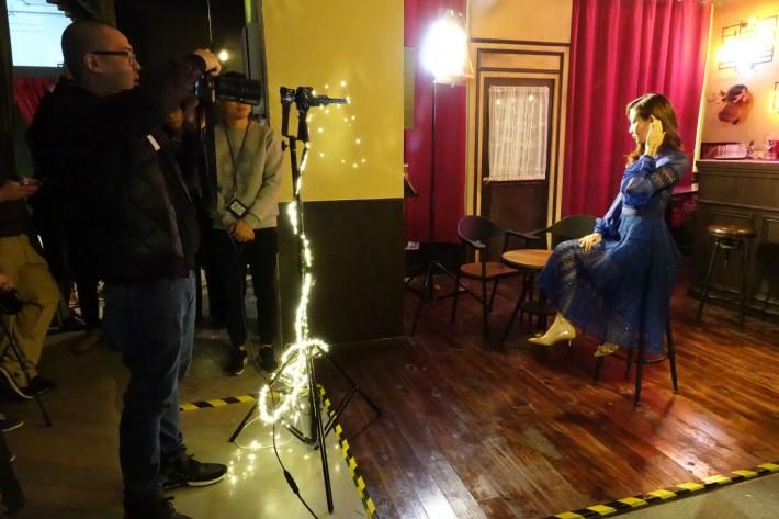 攝影師在酒吧的場景內進行拍攝示範。