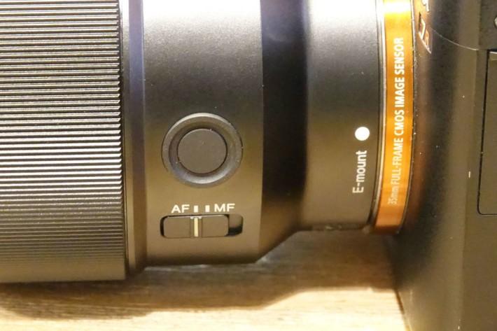 鏡頭上有對焦切換及自定義按鈕。