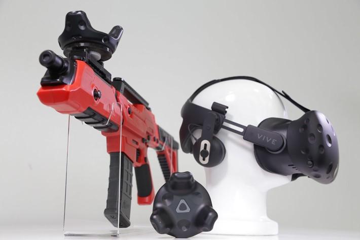 兩款新配件:VIVE 專屬頭戴式耳機(右)及 VIVE移動定位器(左及下)。
