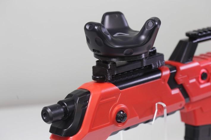 筆者試玩的PPGUN,VIVE移動定位器就是這樣安裝在槍身上。