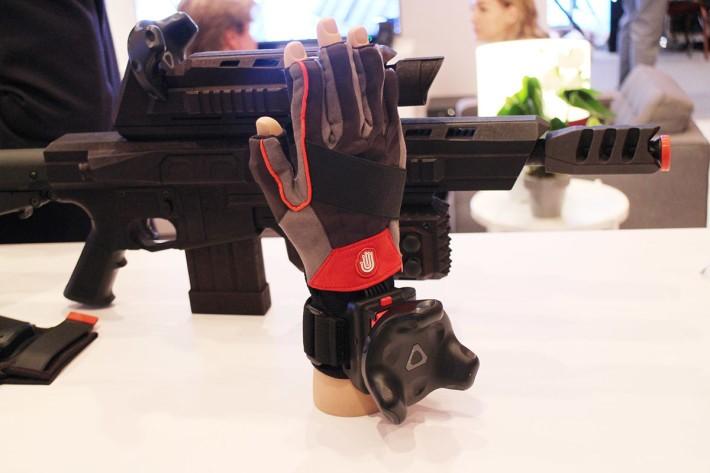 亦可安裝在手套上,這樣五指都可自行追蹤,在 VR 世界內做出細微動作。
