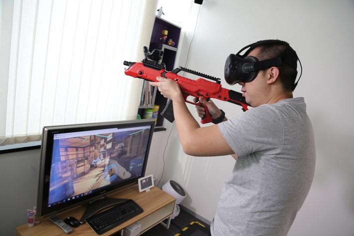VIVE 移動定位器直接安裝在 PPGUN 上面,感覺真的如拿著一支步槍去射擊,臨場感十足。