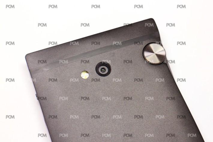 使用 Sony IMX298 感光元件的 16MP 主相機,右邊就是音量旋鈕。