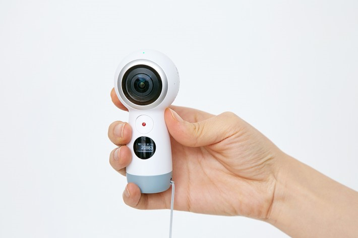 昨晚在 Samsung GALAXY S8 發表會上,就公布了第二代 Samsung GEAR 360 支援直播 360 影片到 Facebook 和 Youtube