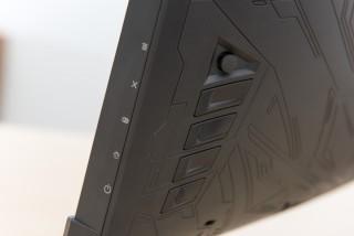 一切操作藏於機背,其搖桿狀的目錄選單方式,方便於OSD 內快速選取功能。
