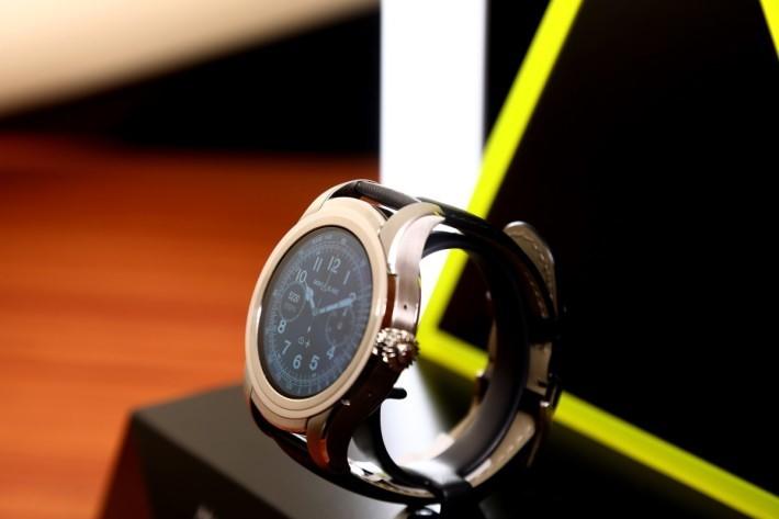 Montblanc Summit 以 1858 系列復古錶盤為藍本作數碼化。