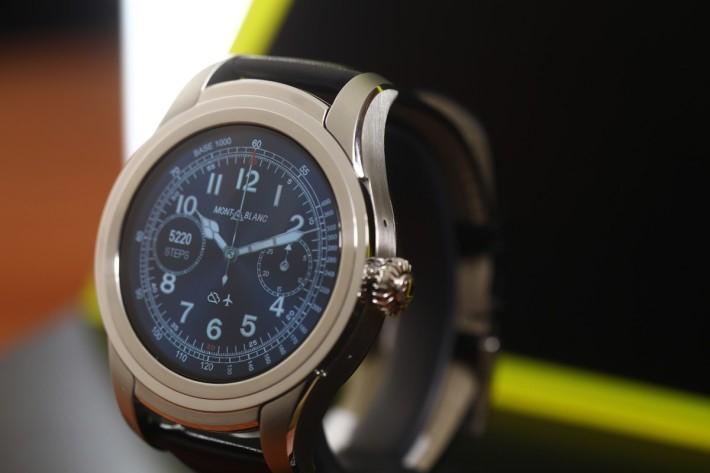 採用藍寶石水晶玻璃錶鏡,錶冠有唯一一個按鈕。