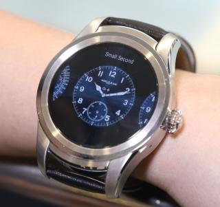 由右至左滑動可選擇三款不同錶面,錶面亦可轉藍或黑色。