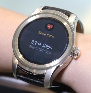由錶面下方向上滑動可拉出各種通知。