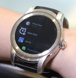 運行 Android Wear 2.0,內置多款 Micro Apps。