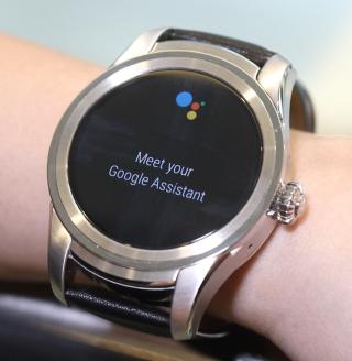 長按按鈕可啟用 Google Assistant,並透過咪高峰作語音指令。
