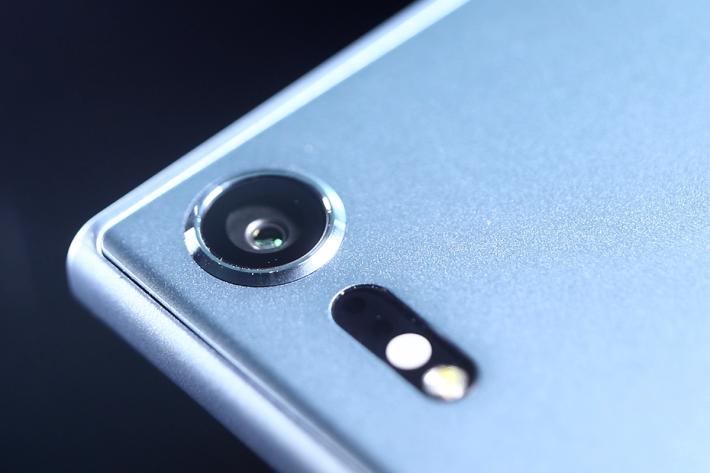 搭載「Motion Eye」相機技術的 19MP 主相機,感光元件內置暫存記憶體,傳輸速度大提升,更可以用每秒 960 格的速率拍攝超慢動作影片。