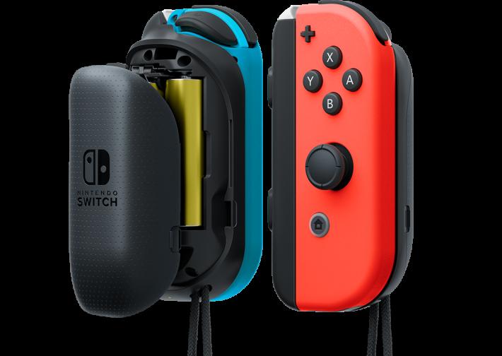 也是同日發售的 Joy-Con 擴張電池,不單可以為 Joy-Con 充電,還改善 Joy-Con 的手感。
