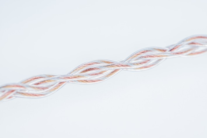 配合 VE 打造的升級耳機線,是由多絞銅線,鍍銀銅線、鍍金銅線編成