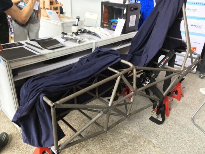 場中展出他們設計的戰車的部份車架