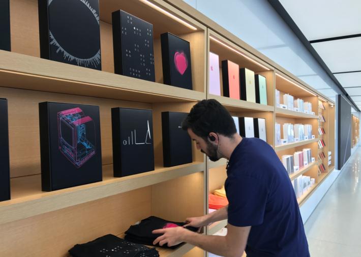 美國加州總部的 Apple Infinite Loop 店內一直有售賣印有蘋果標誌、特定標語的T恤、周邊配件。