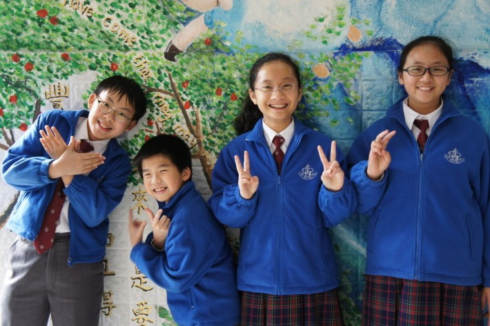 (左至右)受訪的四位同學黃諾恩、劉卓暉、冼欣嬉和 葉恩恩年紀雖小,但能充分說明課本與影片的學習差別。
