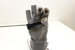 防震手套用上特製布料, 通電後可局部拉緊,達至防震效果。
