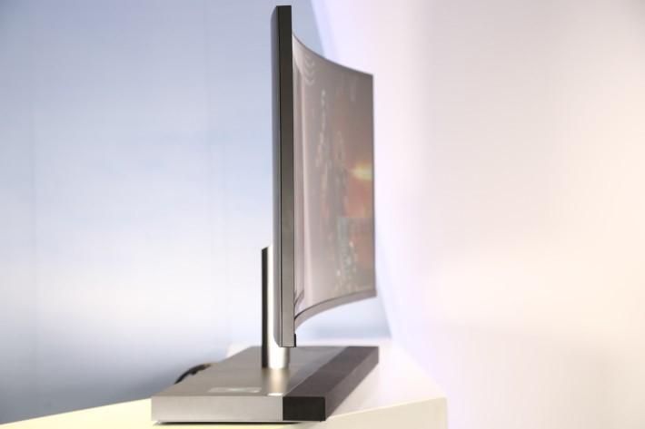 主機硬件設於底座部分,屏幕可以維持一般顯示器的厚度。