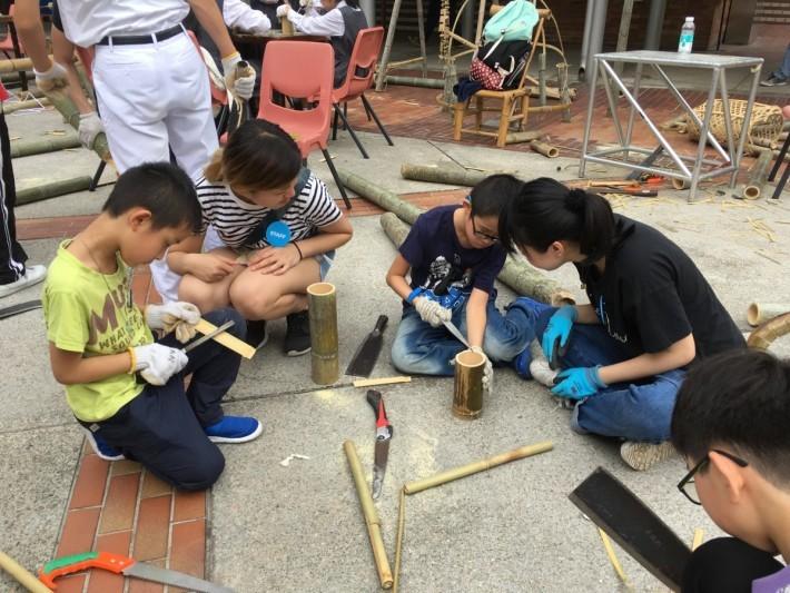 有些家長很怕讓小朋友接觸利器,但這班家長就樂意讓小朋友拿起柴刀,去切削出各種竹製器具。