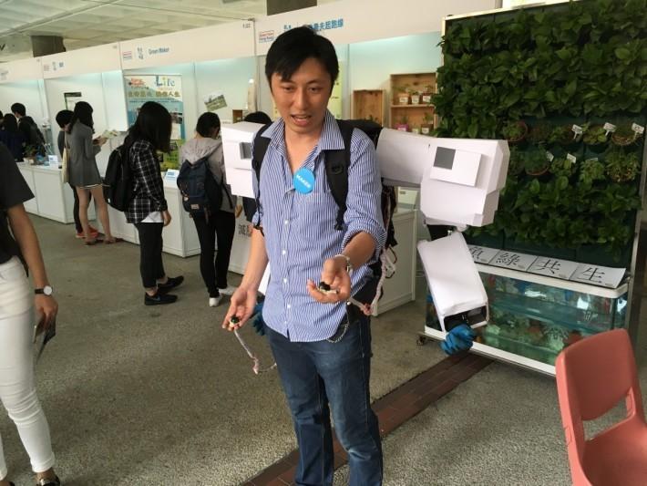 別小看 Andy Kong 這紙紥機械臂,它是備有動態感測,動起來很像《蘋果核戰記》裡的裝甲服。