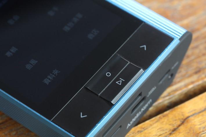除了觸控屏幕外,此機還提供實體選歌和播放控制鍵。